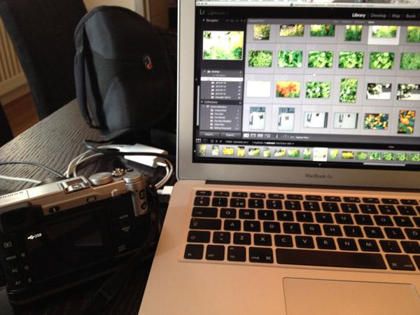 För över semesterbilder och tömmer kameran inför Londonresan.