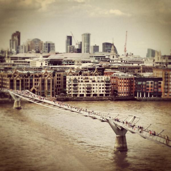 Utsikt från The Tate Modern ut mot City of London och Millenium Bridge