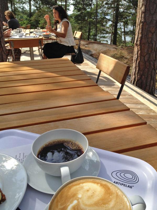 Dricka kaffe eller äta brunch på terassen.